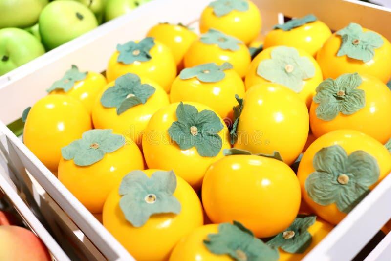 Frutos falsificados e frutos em prateleiras fotos de stock