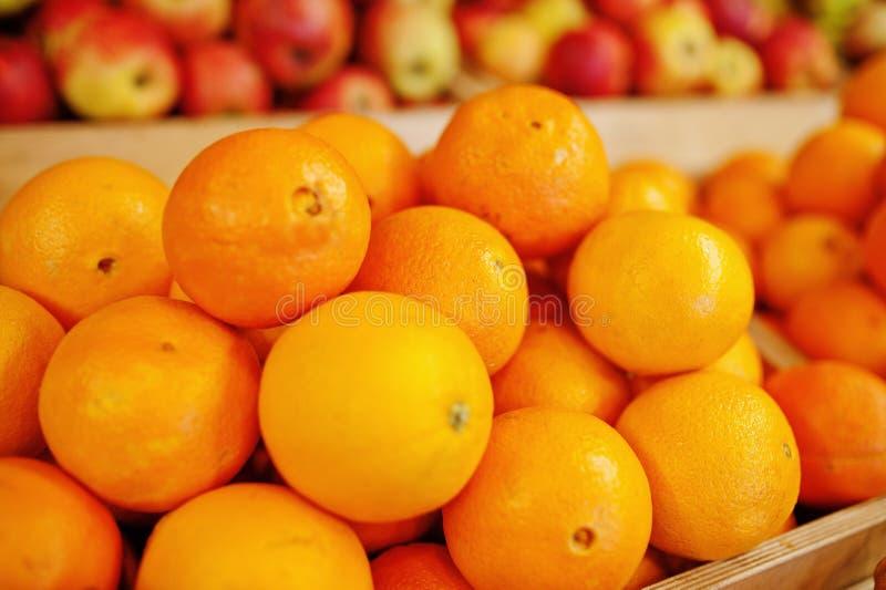 Frutos frescos brilhantes coloridos Laranjas na prateleira de um supermercado ou de uma mercearia fotos de stock royalty free