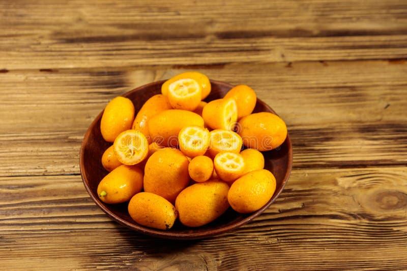 Frutos frescos do kumquat na tabela de madeira fotos de stock