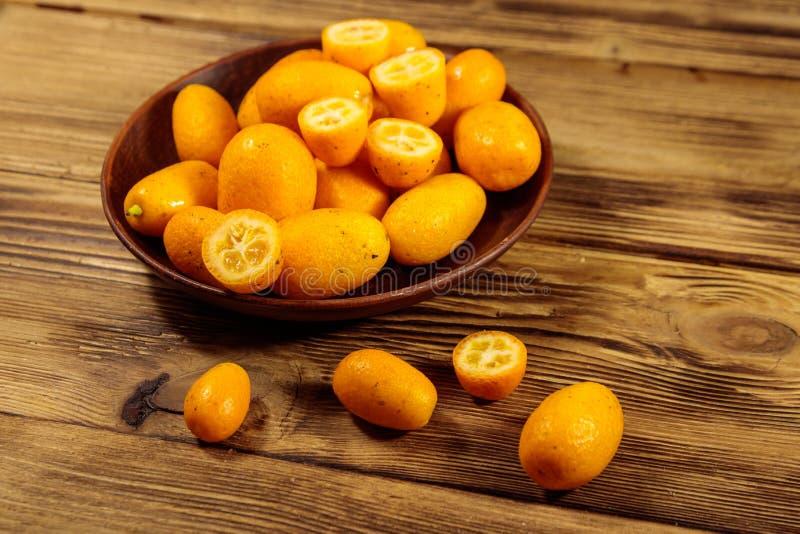Frutos frescos do kumquat na tabela de madeira imagem de stock royalty free