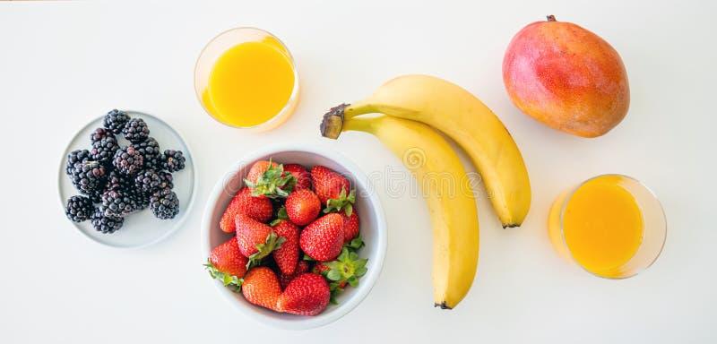 Frutos frescos e suco de laranja isolados no branco Caf? da manh? saud?vel para dois Vista superior imagens de stock