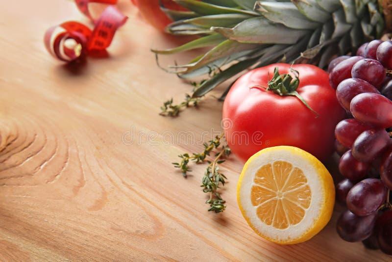 Frutos frescos e tomate na tabela de madeira Conceito saud?vel do alimento imagens de stock
