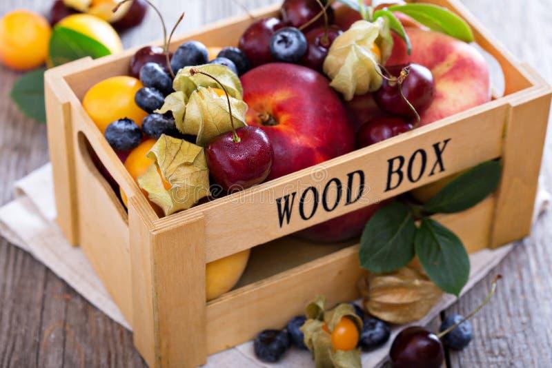 Frutos frescos em uma caixa de madeira fotografia de stock royalty free