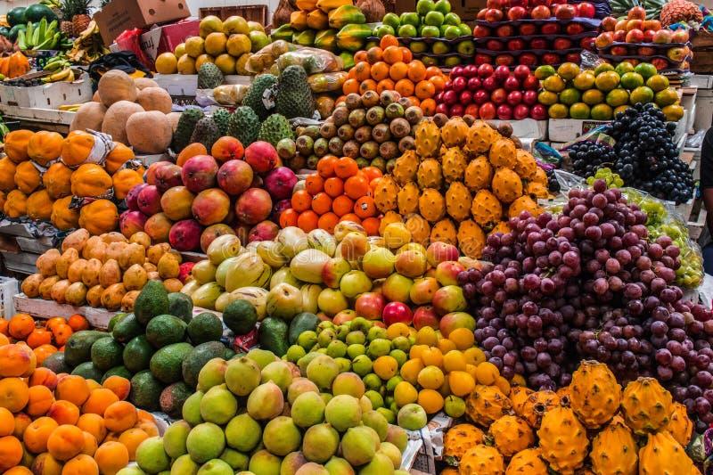 Frutos indicados em um mercado fotos de stock royalty free