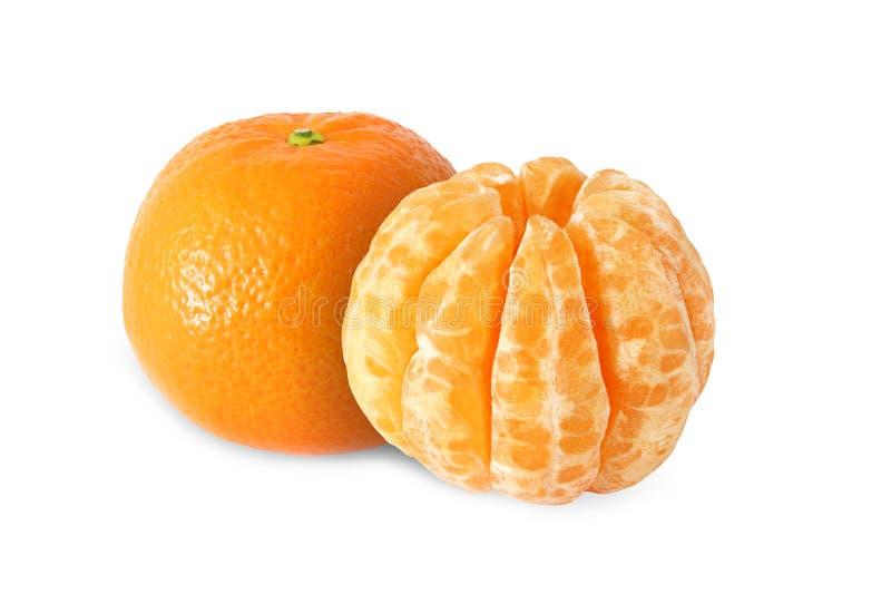 Frutos inteiros da tangerina e segmentos descascados isolados fotografia de stock