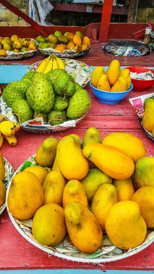 Frutos jamaicanos no mercado: manga e soursop fotos de stock