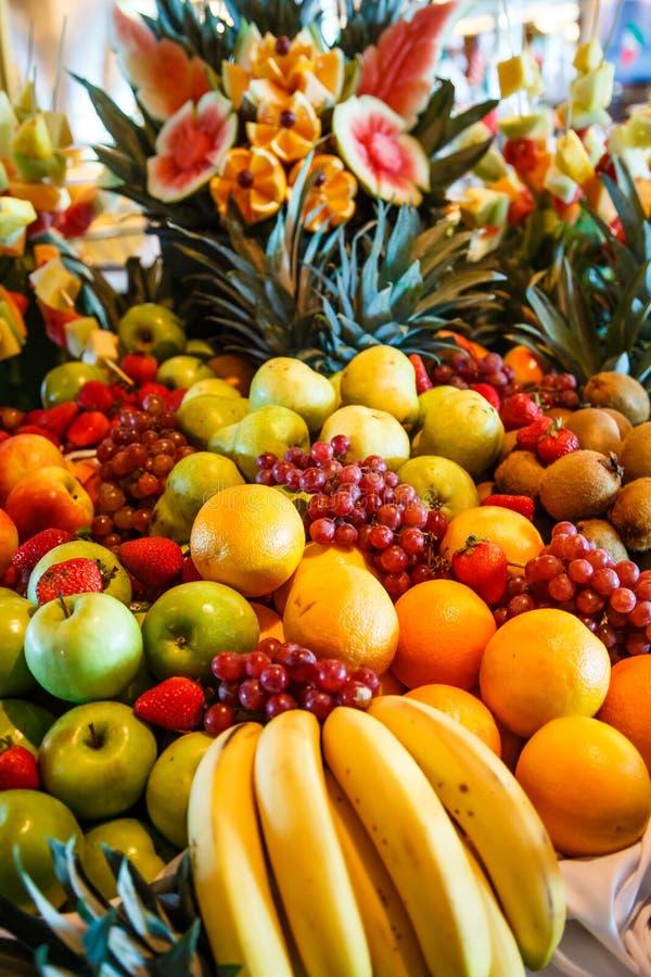 Frutos múltiplos em um bufete luxuoso imagens de stock