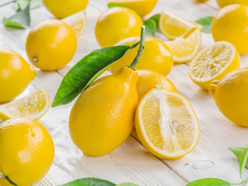 Frutos maduros do limão na madeira branca imagens de stock