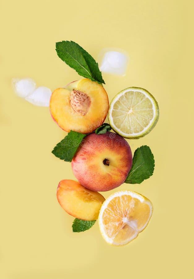 Frutos maduros e aromáticos Pêssego, limão, cal, hortelã imagem de stock royalty free