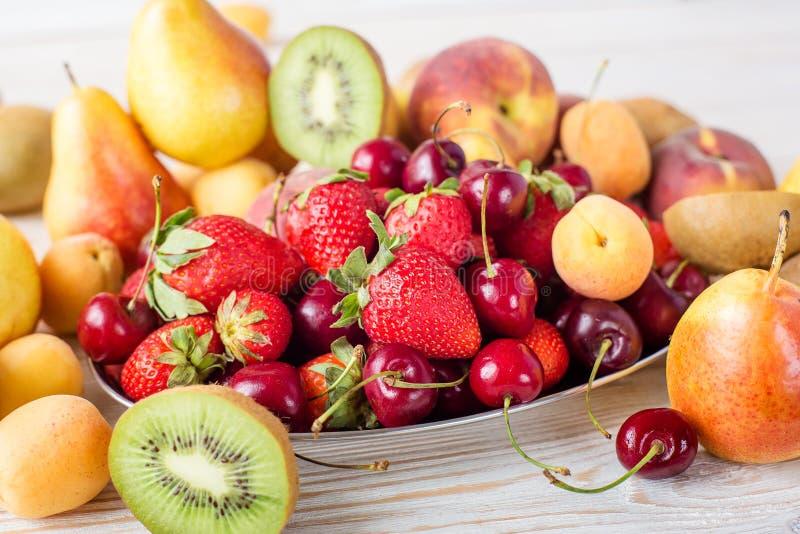 Frutos misturados frescos, bagas na placa Fruto do verão, baga imagem de stock