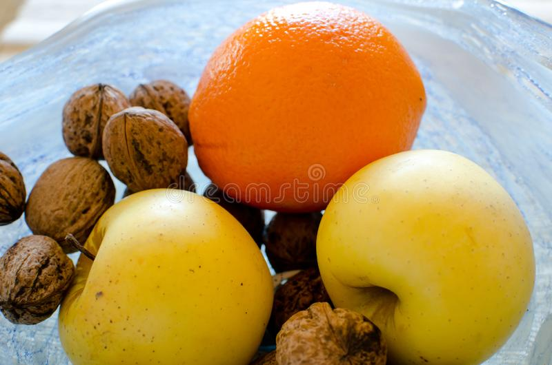 Frutos na bacia de vidro imagens de stock royalty free