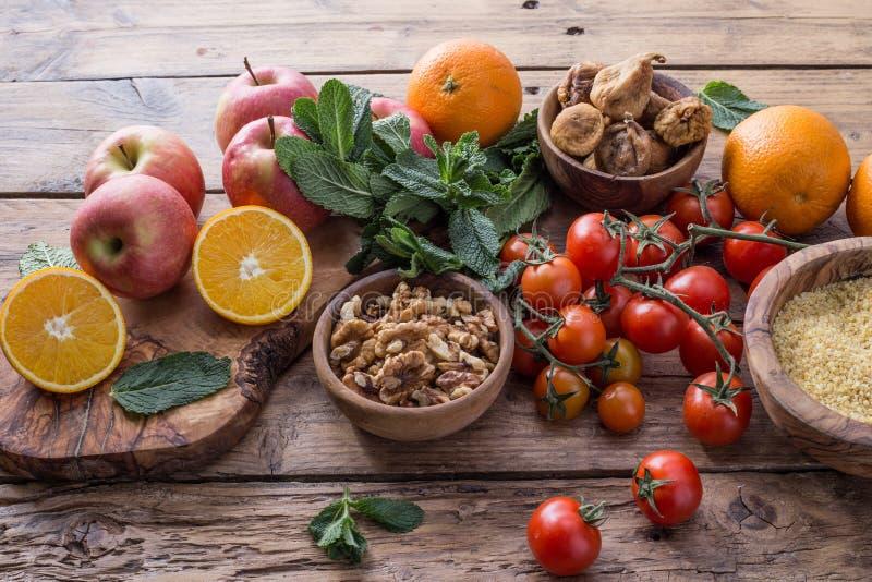 Frutos, porcas e vegetais, ingredientes saudáveis fotografia de stock