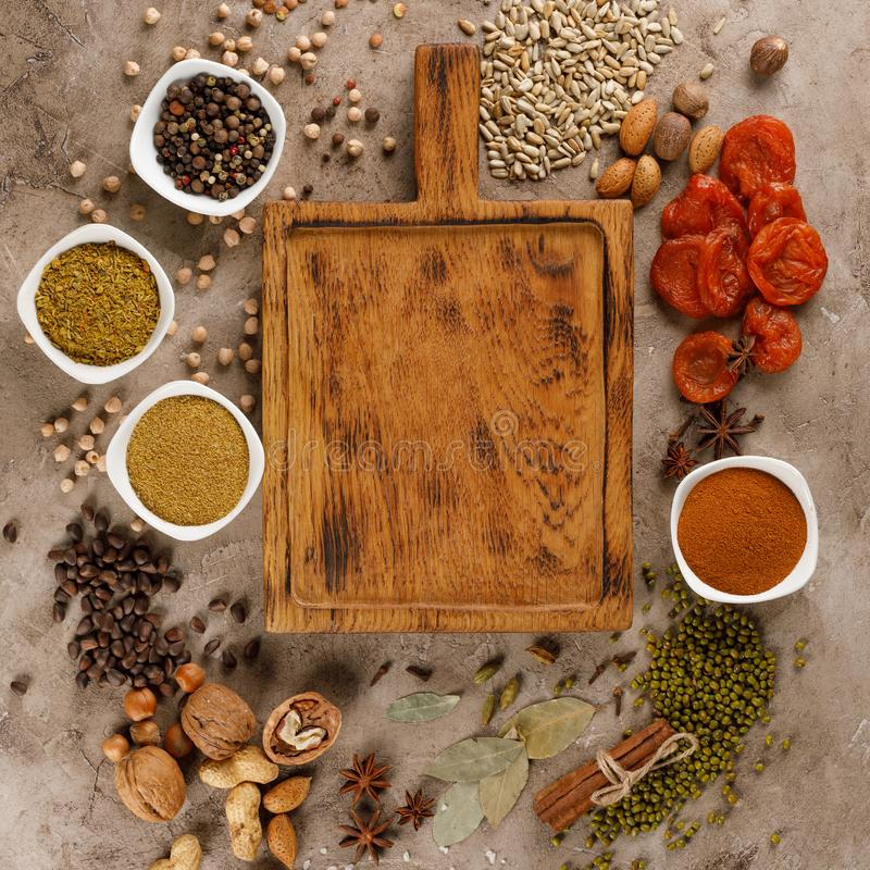 Frutos secados e petiscos saudáveis orgânicos das porcas em um fundo estrutural Quadro sob o texto Copie o espaço foto de stock royalty free