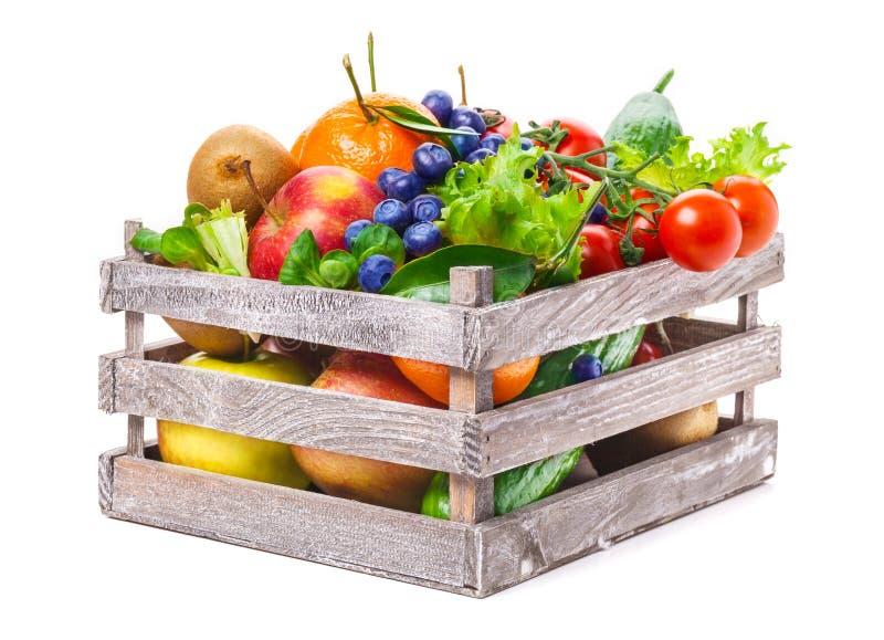 Frutos, vegetais na caixa de madeira fotografia de stock royalty free