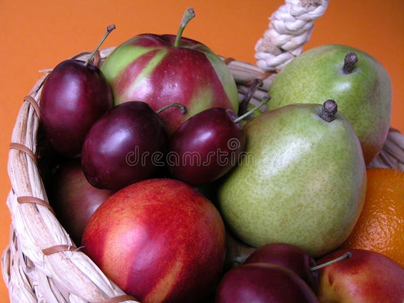Download Frutta fotografia stock. Immagine di mela, frutte, cestino - 212336