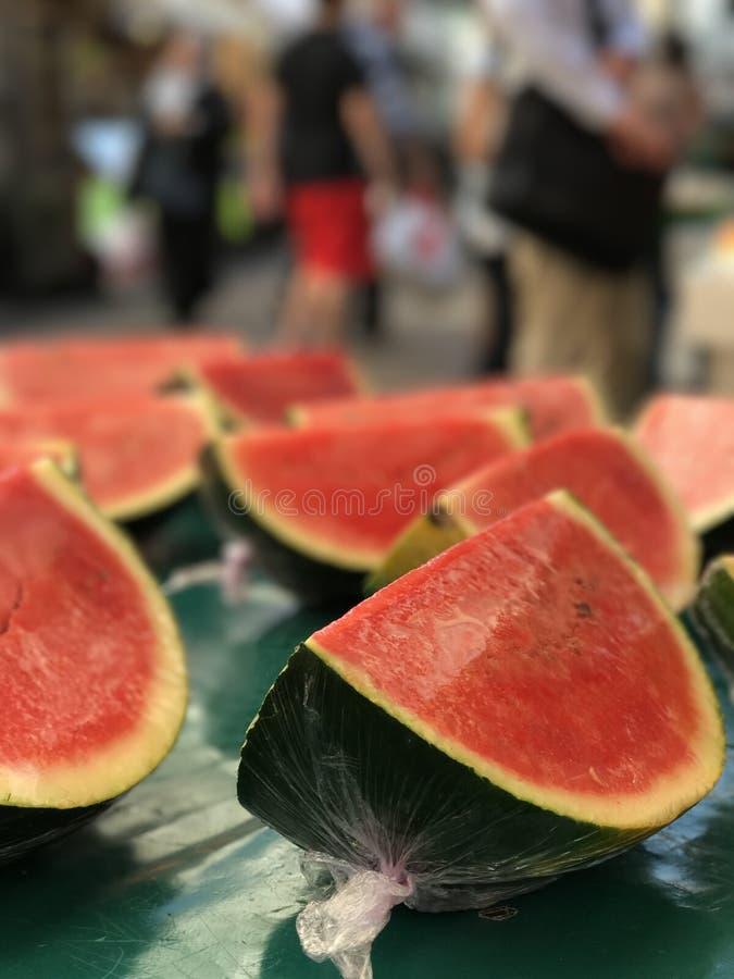 Frutta affettata dell'anguria sulla frutta e sul mercato delle verdure fotografie stock libere da diritti