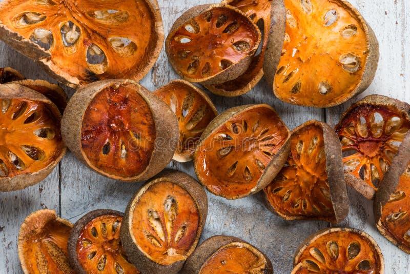 Frutta asciutta di cotogno del bengala - le fette di cotogno del bengala asciutto fruttificano sulla tavola di legno fotografie stock