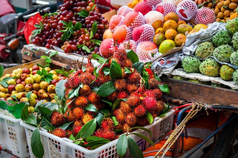 Frutta asiatica esotica sul mercato locale Concetto asiatico di cucina Rambutan fresco, melone di Kiwano, kepundung, limone immagine stock libera da diritti