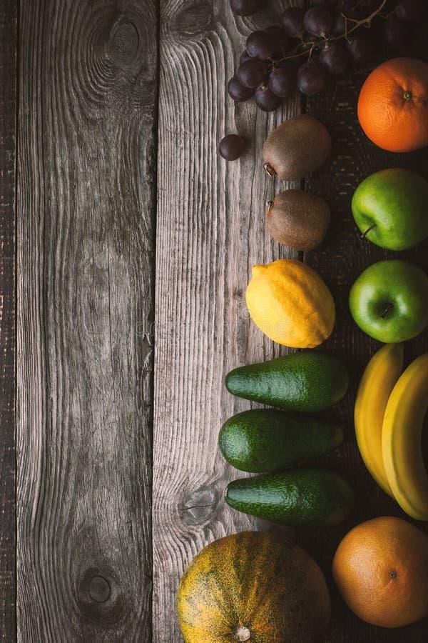 Frutta assortita alla destra della vista di legno del piano d'appoggio fotografie stock libere da diritti