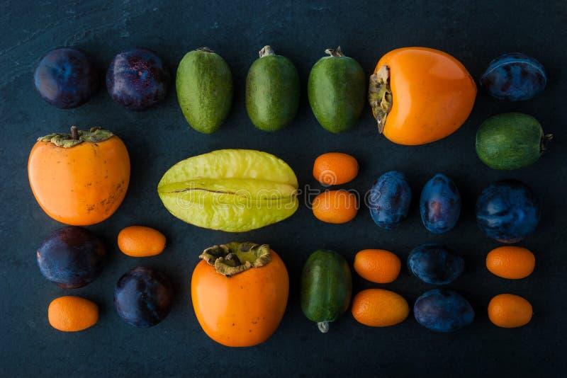 Frutta assortita sulla vista di pietra scura del piano d'appoggio immagini stock