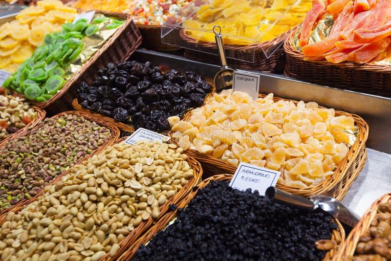 Frutta candita ed arachidi sul contatore immagine stock libera da diritti