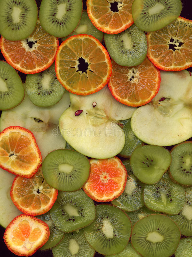 Frutta cocktail le mele, mandarini e kiwi, incidono le fette sottili fotografie stock libere da diritti