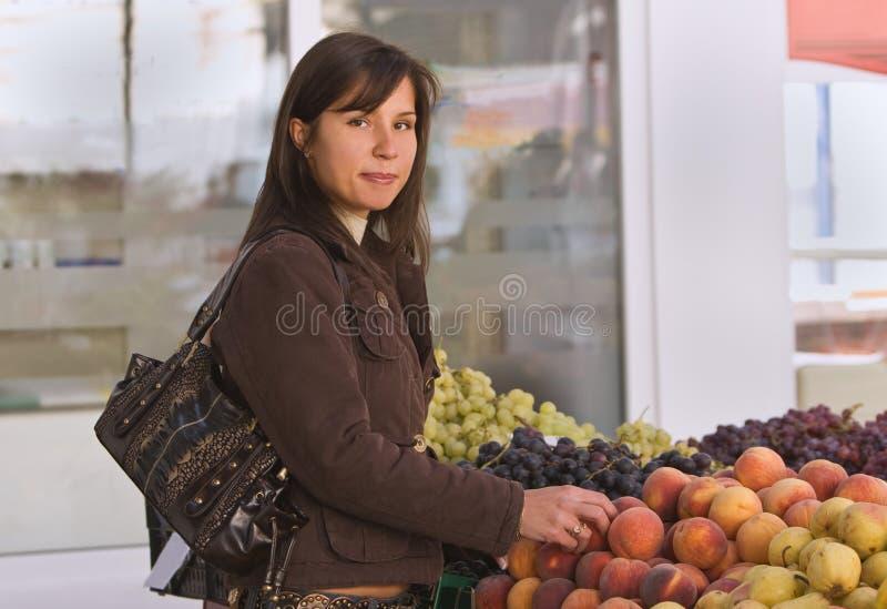 Frutta d'acquisto della donna fotografie stock libere da diritti