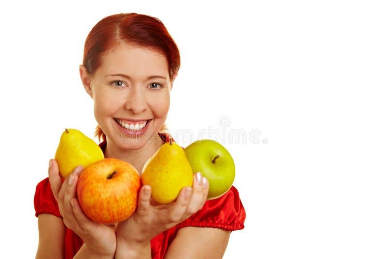 Frutta d'offerta sorridente della donna fotografia stock