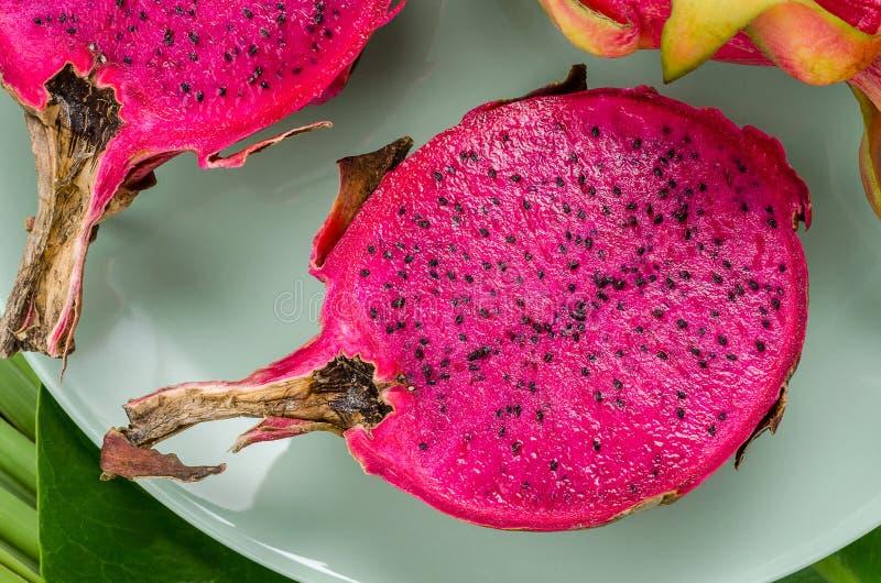 Frutta del drago su un piatto verde immagini stock