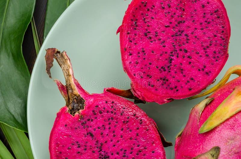 Frutta del drago su un piatto verde fotografia stock libera da diritti