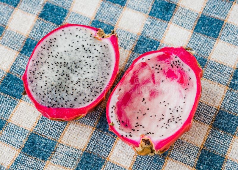 Frutta del drago sulla tavola fotografia stock libera da diritti