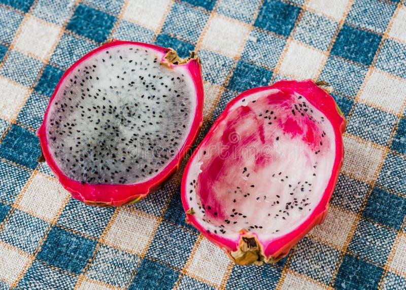 Frutta del drago sulla tavola fotografie stock libere da diritti