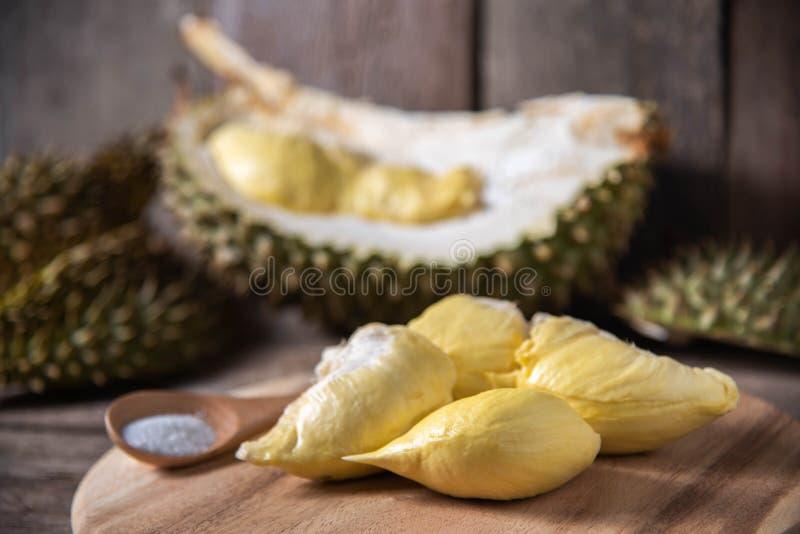 Frutta del Durian in Tailandia sulla tavola di legno rustica immagine stock