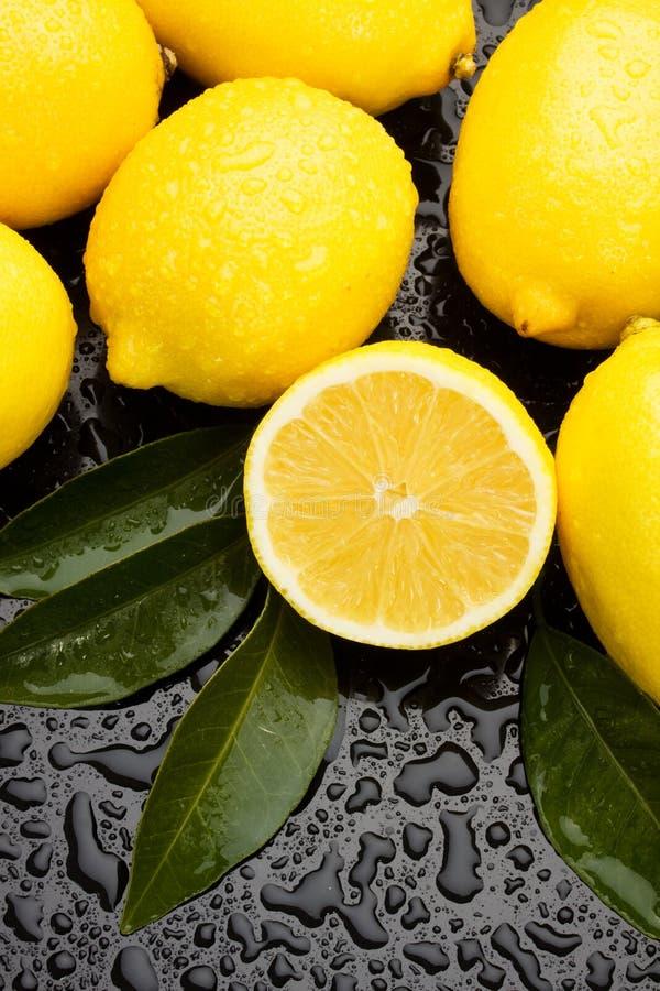 Frutta del limone su priorità bassa bagnata immagine stock libera da diritti