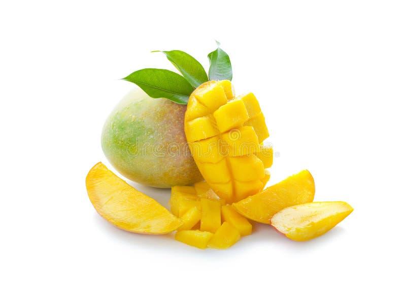 Frutta del mango con i cubi e le fette del mango Isolato su una priorità bassa bianca fotografia stock