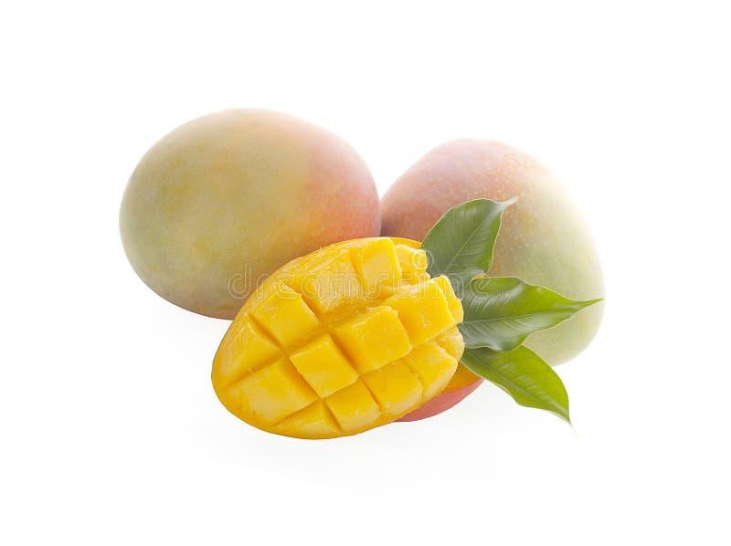 Frutta del mango con i cubi e le fette del mango Isolato su una priorit? bassa bianca immagini stock libere da diritti