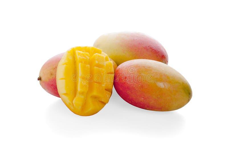 Frutta del mango con i cubi e le fette del mango Isolato su una priorit? bassa bianca fotografia stock