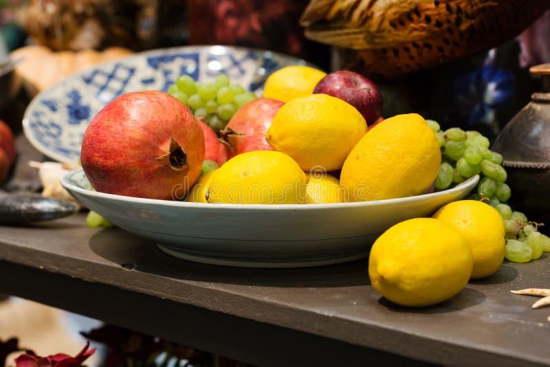 Frutta del melograno e natura morta dei limoni fotografia stock libera da diritti