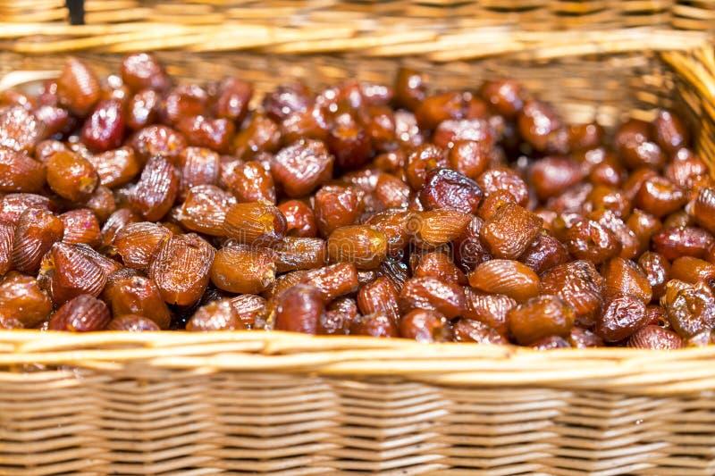 Frutta delle date Il mucchio del dattero secco fresco fruttifica in un canestro Alimento sano fresco fotografia stock libera da diritti