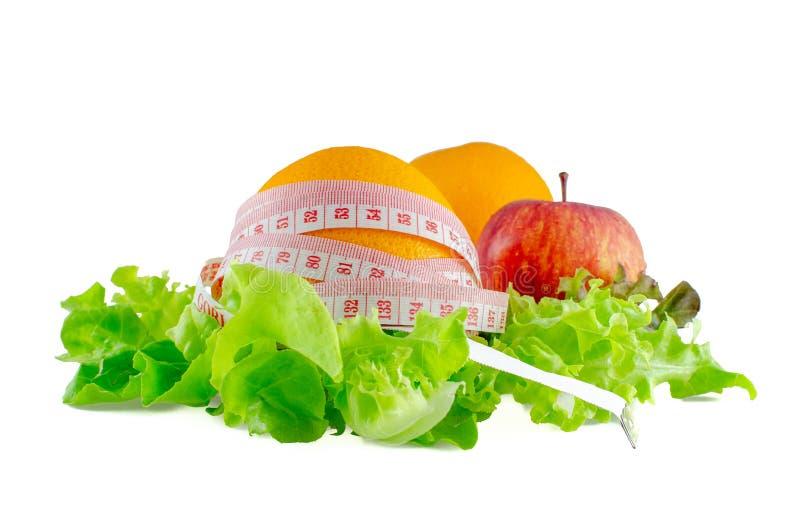 Frutta di Apple e dell'arancia con nastro adesivo di misura fotografia stock libera da diritti