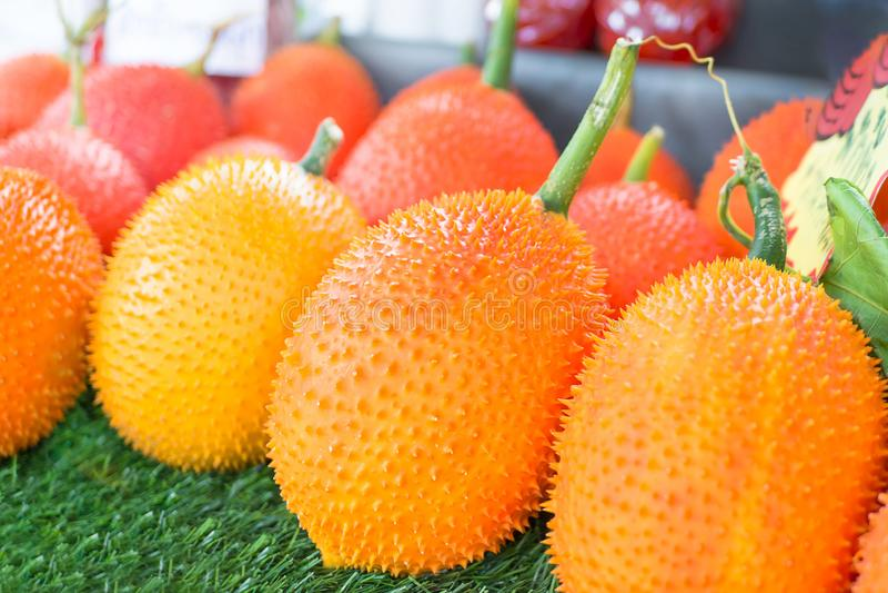 Frutta di Gac, giaca del bambino, zucca amara coperta di spine in cassa di legno I frutti di Gac della Tailandia hanno propriet?  fotografie stock