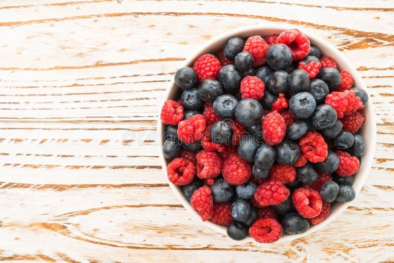 Frutta di Rasberry e del mirtillo immagini stock libere da diritti