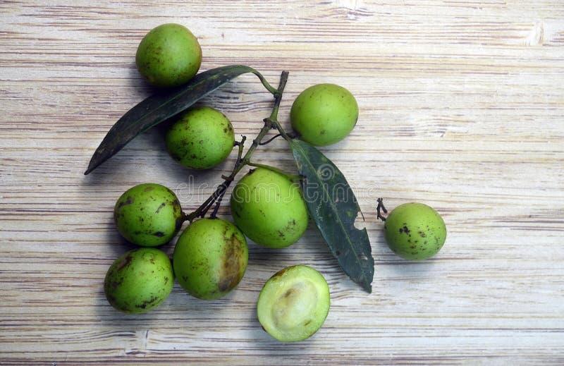 Frutta di spondias dulcis sul fondo di legno della tavola fotografia stock