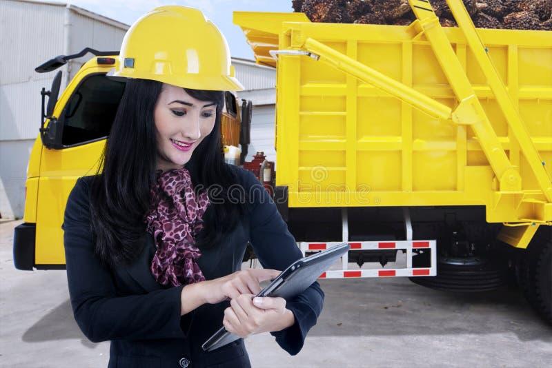 Frutta di trasporto della palma del camion e della donna di affari fotografia stock libera da diritti