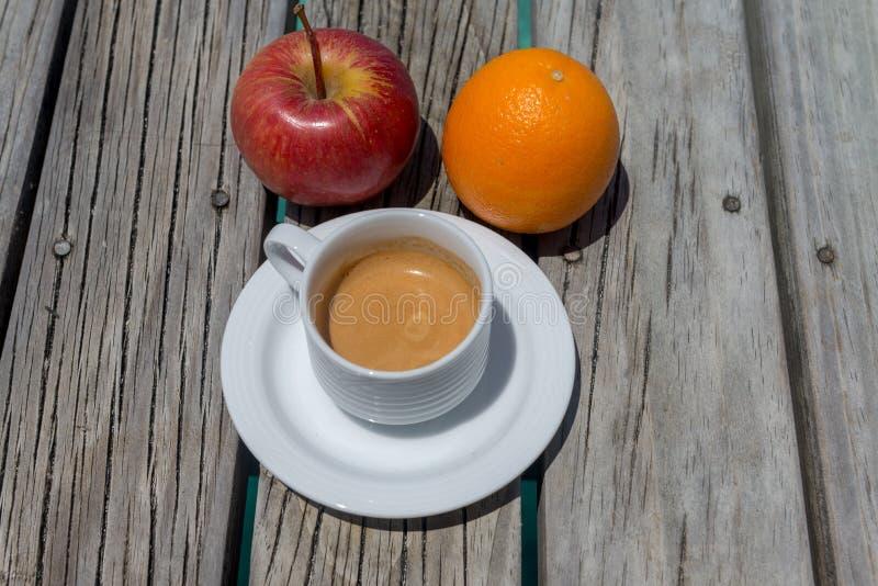 Frutta e caffè con il fondo della spiaggia fotografia stock