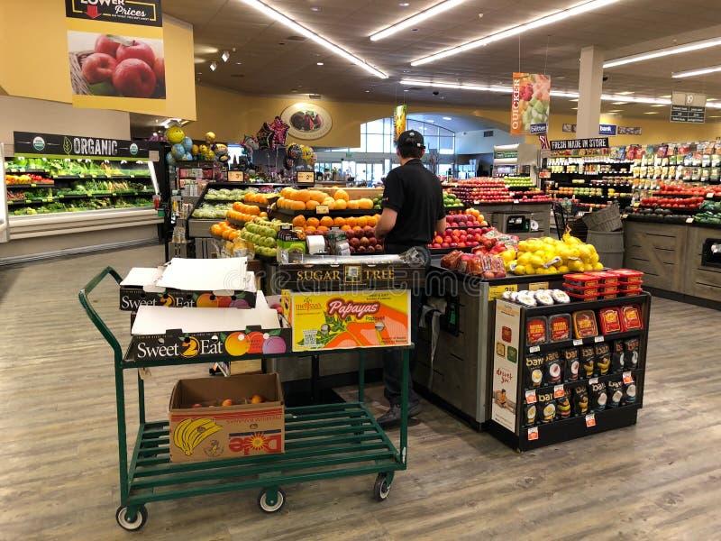 Frutta e dipartimento delle verdure in un supermercato immagini stock libere da diritti
