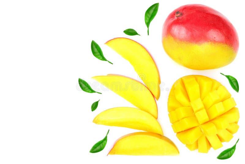 Frutta e metà del mango decorate con le foglie isolate sul primo piano bianco del fondo Vista superiore Disposizione piana immagini stock