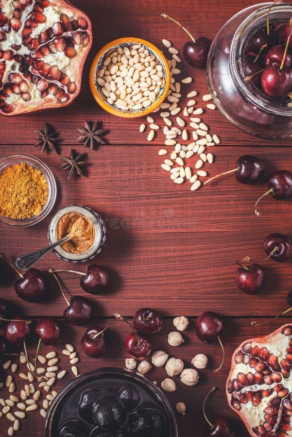 Frutta e spezie differenti sulla tavola di legno rossa Concetto dei frutti orientali fotografia stock libera da diritti