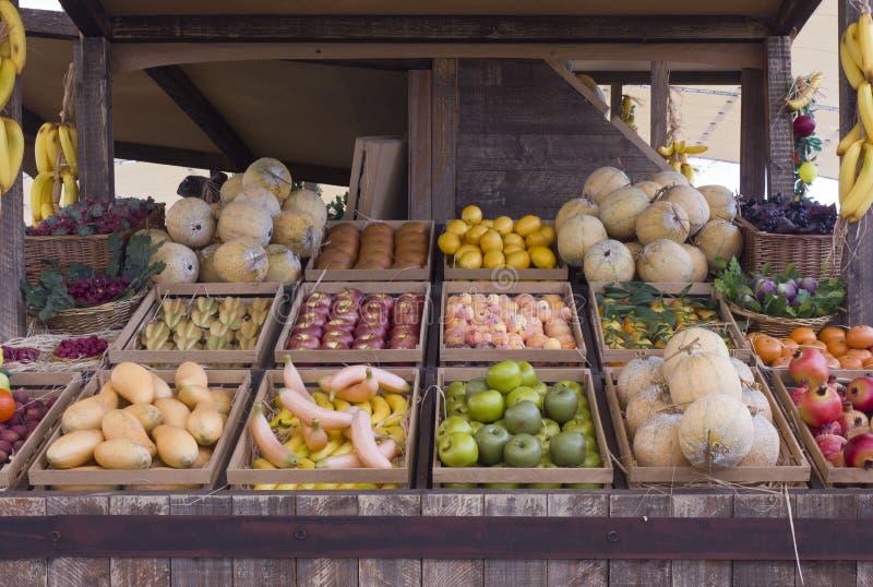 Frutta e verdura false in una stalla all'Expo 2015 immagini stock