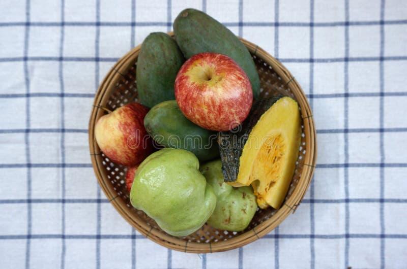Frutta e verdura in un canestro immagini stock libere da diritti